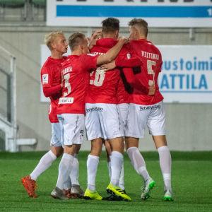 FC Lahtis spelare firar ett mål.