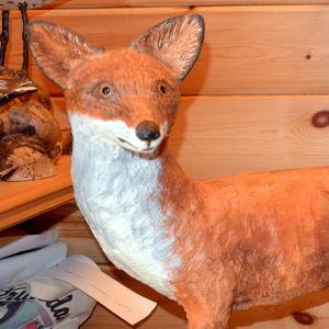 En räv i trä, skulpterad av Lars-Göran Söderholm