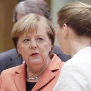 Sanna Marin samtalar med Tysklands förbundskansler Angela Merkel vid EU-toppmötet i Bryssel.