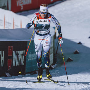 Oskar Svensson skidar uppför.