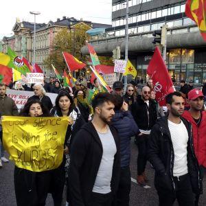 Personer demonstrerar mot Turkiets militära operation i Syrien i Helsingfors.