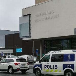 Polisen på plats utanför tingsrätten i Vasa.