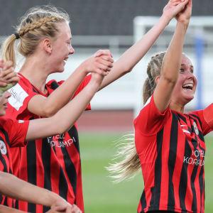 Amanda Rantanen firar med sina lagkamrater i PK-35 2020.