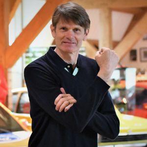 """Marcus Grönholm demonstrerar rörelsen han gestikulerade i den legendariska intervjun """"up in the ass of Timo""""."""