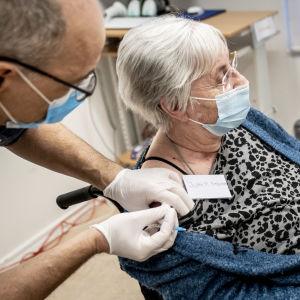 Jytte Margrete Frederiksen får coronavaccin, Danmarks statsminister Mette Frederiksen följer med via videolänk.