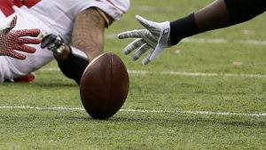 Spelare kämpar om bollen.