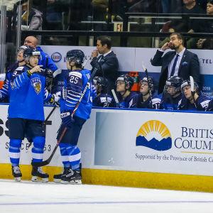 Tränaren Jussi Ahokas och de finländska Juniorlejonen får slå ur underläge i kvartsfinalen mot Kanada i natt.