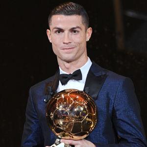 Cristiano Ronaldo poserar med Ballon d'Or.