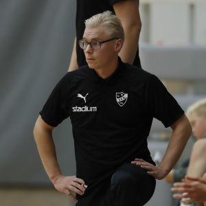 Gustaf Ahlroos lutar sig med knäet mot golvet på plankanten.