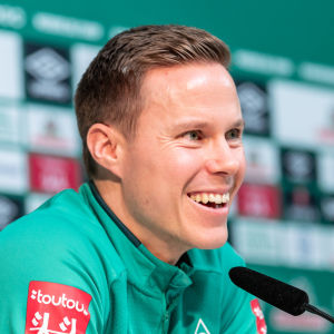 Niklas Moisander skrattar.