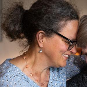 Marjatta Simelius ja sairaalamuusikko Anna Brummer halaavat.
