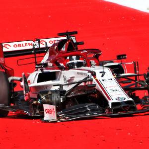Däcket lossnar på Kimi Räikkönens bil.