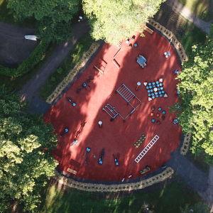 Motionspark fotograferad uppifrån, rött sandkonstgräs.
