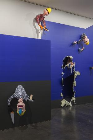 Byggubbar ur Nathaniel Mellors & Erkka Nissinens utställning, The Aalto Natives på Kiasma.