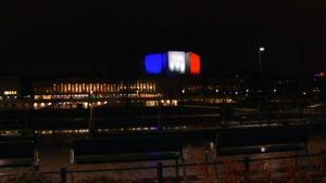 Finlandiahuset i den franska flaggans färger.