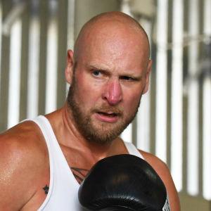 Robert Helenius sneglar mot boxningssäcken.