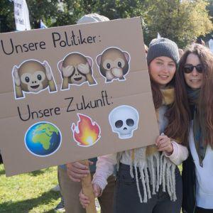 En mamma och hennes dotter på klimatmarsch i Berlin.