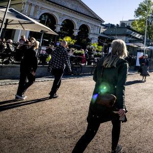 Ihmisiä Esplanadinpuistossa Helsingissä.