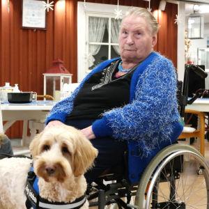 Vårdhunden Cooper poserar tillsammans med Nona Borgström och Erna Svahnström på Grannas äldreboende i Nagu