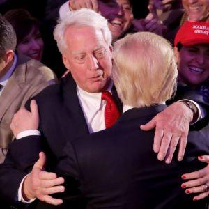 Robert Trump gratulerar sin bror Donald Trump till segern i presidentvalet i USA 2016.