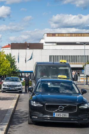 En taxibil står utanför taxistolpen vid Mejlans sjukhus i Helsingfors.