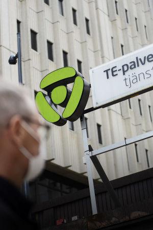 Asiakas menossa Helsingin Työllisyyden palvelutorille Pasilan TE-toimistoon 28. heinäkuuta 2020.