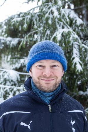 Sampo Terho Porkkalanniemellä lumisessa maisemassa