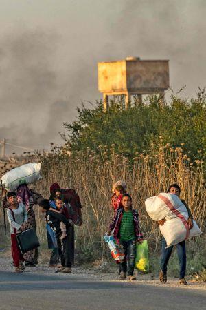 Civila flyr undan den turkiska offensiven i norra Syrien