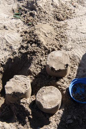 Hiekkakakkuja hiekkalaatikossa.