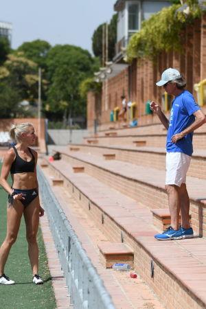 Annimari Korte pratar med tränaren Rafael Blanquer.