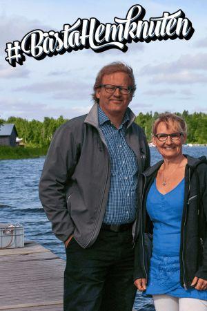 En man och en kvinna står på en brygga i en småbåtshamn