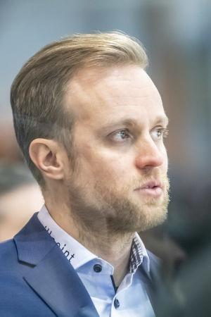 Tuomo Ropo bakom SaiPas avbytarbänk.