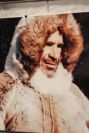 Ett fotografi av en man i pälsanorak.