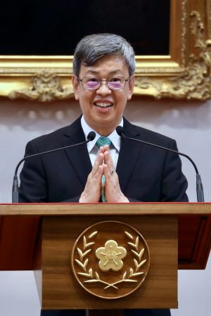 Taiwans vice-president Chen Chien-jen håller presskonferens.