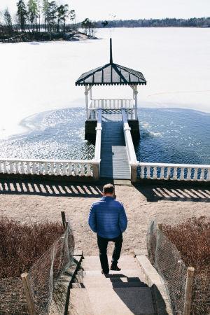 Juha SIpilä kävelee Kesärannan pihassa rappuja alas