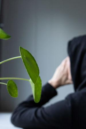 Syöpäpotilas Maria ikkunan edessä.