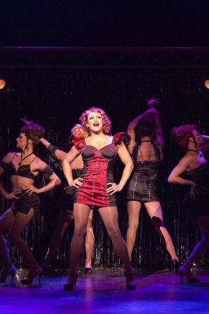 Drag queen Lola ja hänen enkelinsä tanssivat. Lolan roolissa Lauri Mikkola.
