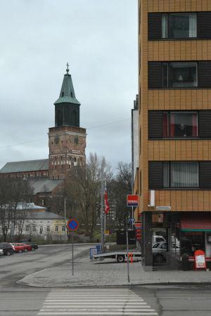 Vy mot Åbo domkyrka, ett vitt och gult höghus står i förgrunden.