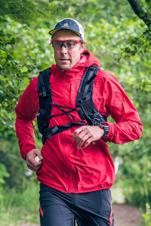 Mikko Peltola juoksee metsässä.
