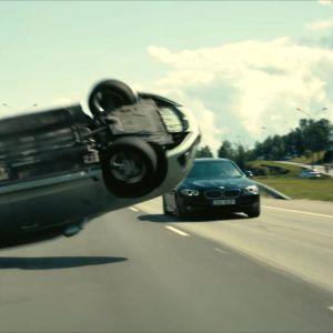 Kieppuva auto Tenet-elokuvassa.