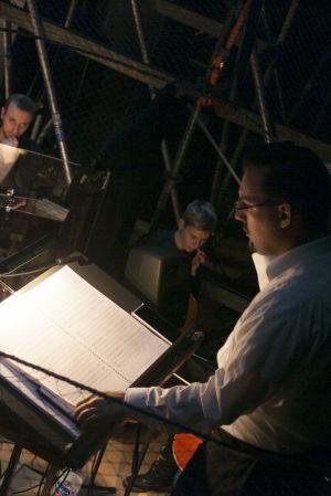 Kapellmästare Martin Segerstråle leder orkestern, Natten är ännu ung