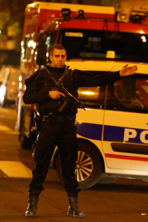 En polis patrullerar i närheten av sjukhuset Saint Antoine.
