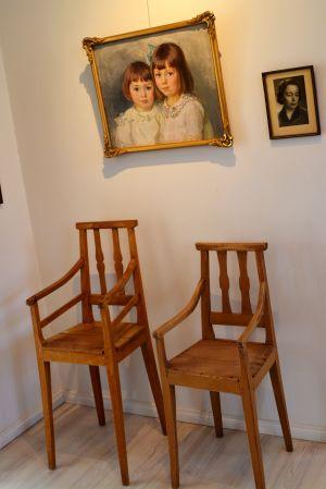 två stolar och två tavlor