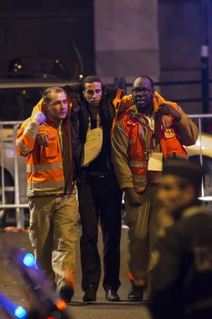 En skadad man evakueras vid Stade de France.