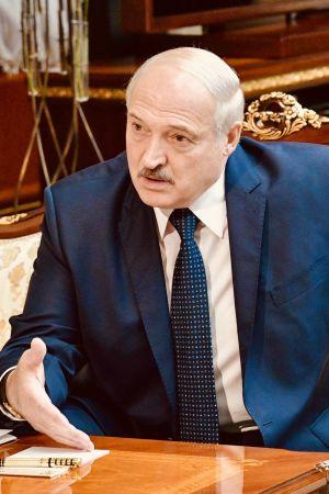 Belarus omtvistade president Aleksandr Lukasjenko sitter självsäkert i soffan.