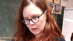 Jolin Slotte inspirerar med poesi i Haga skola i Helsingfors. 2016.