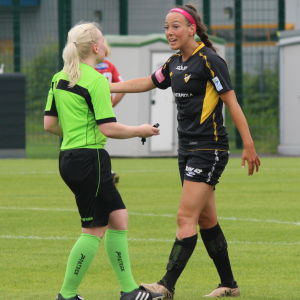 FC Honkas Linda Nyman grälar med domaren.