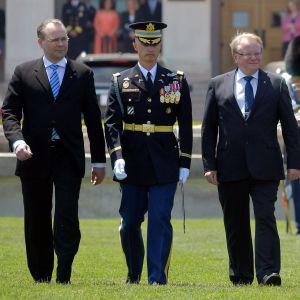 Försvarsministrarna Jussi Niinistö och Peter Hultqvist tas emot med militära hedersbetygelser i det amerikanska försvarsministeriet Pentagon.