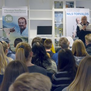 Valdebatt i Korsholms gymnasium, Nils Torvalds (SFP) talar.