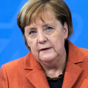 Bildcollage på Angela Merkel och Donald Trumps avspärrade Twitter öppet på en mobilskärm.